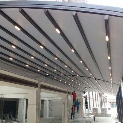 otomatik ışıklı tente ve eğrili sistemin görüntüsü